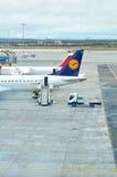 Vliegtuigen en vliegtuigen bij de internationale luchthaven van Praag stock foto