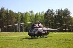 Vliegtuigen - Grote bruine helikopter op het parkeren Stock Fotografie