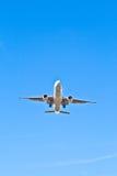 Vliegtuigen in het landen benadering stock foto