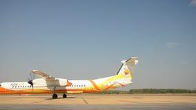 Vliegtuigen het lopende voorbereidingen treffen voor start bij Loei-luchthaven stock video