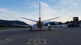 Vliegtuigen klaar om bij een luchthaventerminal te gaan stock afbeeldingen