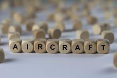Vliegtuigen - kubus met brieven, teken met houten kubussen stock afbeelding