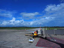 Vliegtuigen in kuil onder blauwe hemel Stock Foto's
