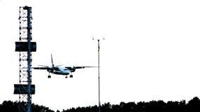 Vliegtuigen landend silhouet bij schemer, vliegtuigland bij luchthaven stock video