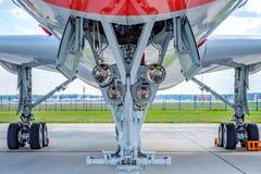Vliegtuigen landingsgestel van een passagiersvliegtuig op de luchthavenstrook royalty-vrije stock foto