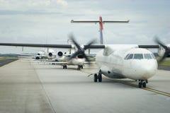 Vliegtuigen in Lijn aan Start Stock Foto's