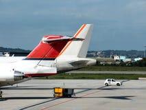 Vliegtuigen in luchthaven stock afbeelding
