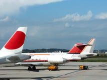 Vliegtuigen in luchthaven Royalty-vrije Stock Fotografie