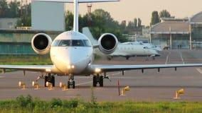 Vliegtuigen met passagiers die voor definitieve start bij schemer draaien stock video