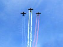 Vliegtuigen met rooksleep royalty-vrije stock fotografie