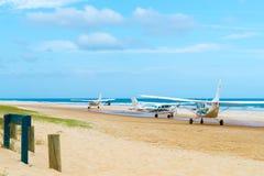 Vliegtuigen met toeristen bij de Toppen, één van de populairste oriëntatiepunten op Fraser Island, Fraser Coast, Queensland, Aust stock foto