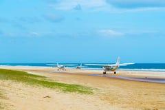Vliegtuigen met toeristen bij de Toppen, één van de populairste oriëntatiepunten op Fraser Island, Fraser Coast, Queensland, Aust stock foto's