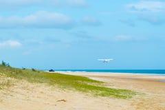 Vliegtuigen met toeristen bij de Toppen, één van de populairste oriëntatiepunten op Fraser Island, Fraser Coast, Queensland, Aust stock afbeeldingen