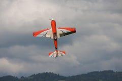 Vliegtuigen - ModelAircraft - lage vleugelkunstvliegen Royalty-vrije Stock Afbeeldingen