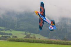Vliegtuigen - ModelAircraft - lage vleugelkunstvliegen - Red Bull Royalty-vrije Stock Afbeeldingen