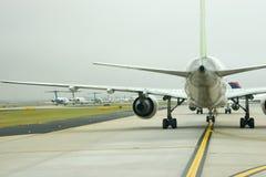 Vliegtuigen onder Vleugel Royalty-vrije Stock Fotografie