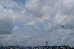 Vliegtuigen op airshow Het Aerobaticteam voert vluchtlucht uit toont Zonn Pret Airshow Luchtvaartopleidingsinstituut Silhouet van royalty-vrije stock foto