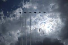 Vliegtuigen op airshow Het Aerobaticteam voert vluchtlucht uit toont Zonn Pret Airshow Luchtvaartopleidingsinstituut Silhouet van stock foto