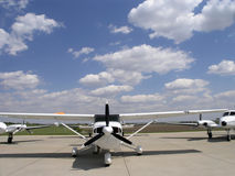 Vliegtuigen op Baan royalty-vrije stock fotografie