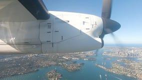 Vliegtuigen op benadering van Sydney Airport die over Sydney Harbour Australia vliegen stock footage