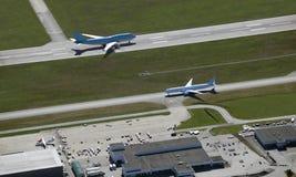 Vliegtuigen op de baan Royalty-vrije Stock Fotografie