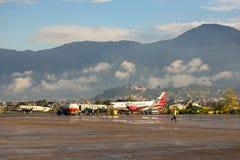 Vliegtuigen op de Internationale Luchthaven Katmandu van plaattribhuvan royalty-vrije stock foto