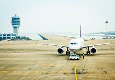 Vliegtuigen op de luchthaven Stock Afbeeldingen