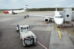 Vliegtuigen op de luchthaven van Helsinki vantaa Stock Foto