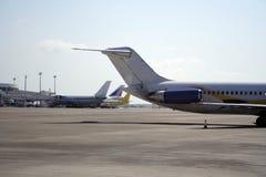 Vliegtuigen op een baan Stock Afbeeldingen