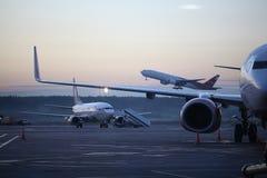 Vliegtuigen op start Stock Foto