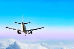 Vliegtuigen over de wolken Stock Foto's