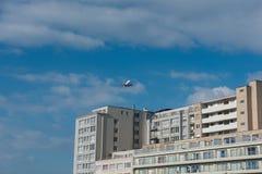 Vliegtuigen over een flatgebouw in Vlaanderen, België royalty-vrije stock afbeeldingen