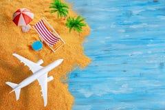 Vliegtuigen over exotisch strand met ruimte stock fotografie