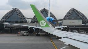 Vliegtuigen in Suvarnabhumi-luchthaven stock footage