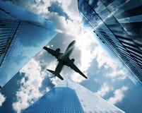 Vliegtuigen tussen wolkenkrabbers Royalty-vrije Stock Foto's