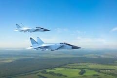 Vliegtuigen van de paar de militaire straalvechter, die boven grond vliegen vector illustratie