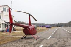 Vliegtuigen - Verscheidene verschillende helikopters op het parkeren Stock Fotografie