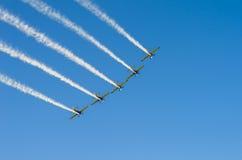 Vliegtuigen in vorming op hemel Royalty-vrije Stock Fotografie