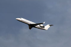 Vliegtuigen weinig ogenblikken na start royalty-vrije stock afbeelding