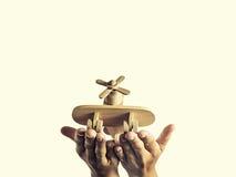 Vliegtuigen in zijn handen Stock Afbeelding
