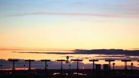 Vliegtuigen in zonsondergang stock videobeelden