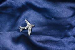 Vliegtuigenbroche op zijde royalty-vrije stock foto's