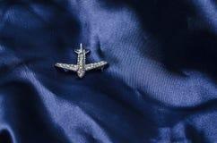 Vliegtuigenbroche op zijde royalty-vrije stock afbeeldingen