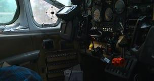 Vliegtuigendashboard in cockpit 4k stock videobeelden