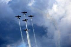 Vliegtuigengroep in acrobatische vlucht stock foto's
