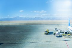 Vliegtuigengrond Behandeling bij de Luchthaventerminal stock afbeelding