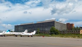 Vliegtuigenhangaar met blauwe hemel Stock Foto