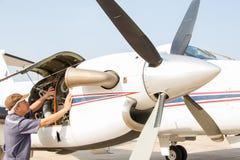 Vliegtuigeningenieur met controle verscheidene vóór vlucht Stock Foto's