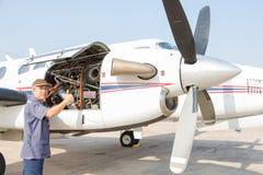 Vliegtuigeningenieur met controle verscheidene vóór vlucht Royalty-vrije Stock Afbeelding