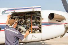 Vliegtuigeningenieur met controle verscheidene vóór vlucht Royalty-vrije Stock Fotografie
